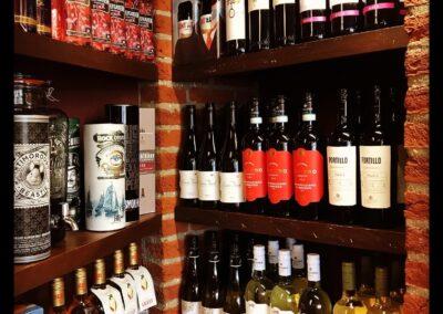 Selectie rode wijnen en overige dranken in slijterij