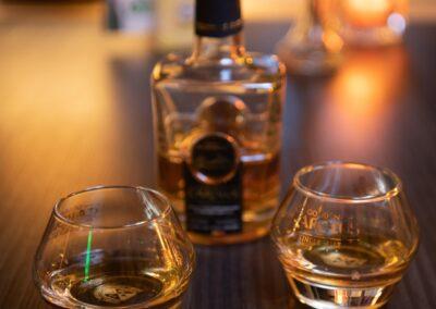 Whisky fles met twee glazen
