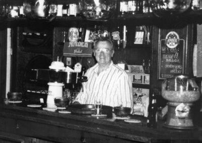 Herman Bonekamp achter de bar
